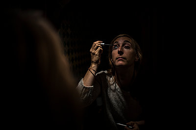 Person putting some eye make-up on - p1007m1216787 by Tilby Vattard
