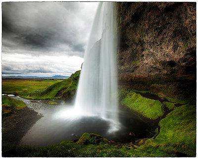 Wasserfall Seljalandsfoss von hinten - p1154m1110217 von Tom Hogan
