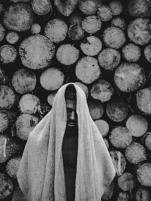 Man with woollen blanket over head and shoulder - p1267m2258790 by Jörg Meier