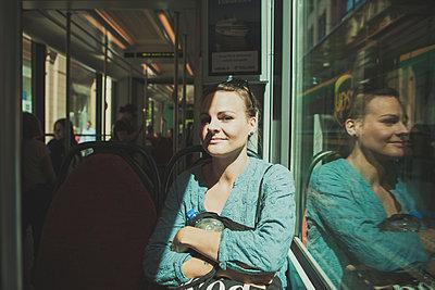 Frau in Straßenbahn - p1345m1194847 von Alexandra Kern