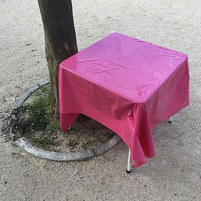 Tisch mit rosa Wachsdecke - p1401m2278229 von Jens Goldbeck