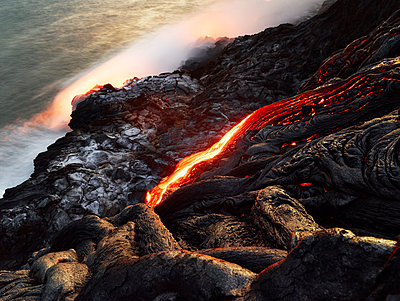 Hawaii, Big Island, Hawai'i Volcanoes National Park, lava flowing into pacfic ocean - p300m1567858 von Christian Vorhofer