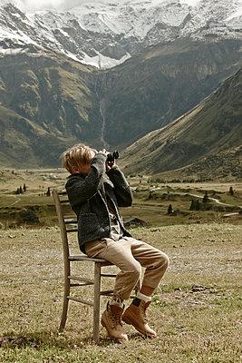 Junge mit Fernglas - p887m1124793 von Christian Kuhn