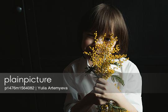 Junge hinter Zweig - p1476m1564082 von Yulia Artemyeva