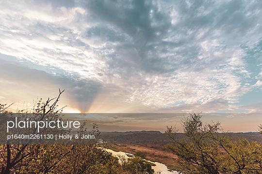 Savanne und Fluss in der Morgensonne, Südafrika - p1640m2261130 von Holly & John