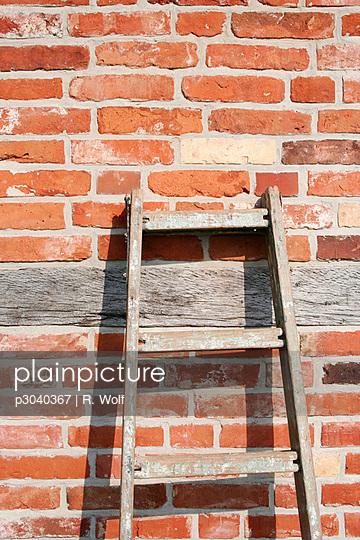 Leiter vor alter Wand - p3040367 von R. Wolf