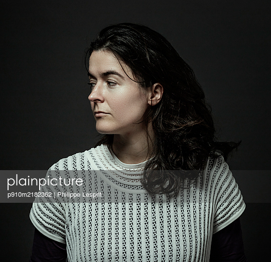 Dark-haired woman, portrait - p910m2182362 by Philippe Lesprit