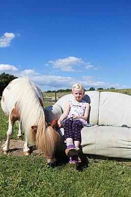 Mit dem Pferd ausruhen - p045m1041987 von Jasmin Sander