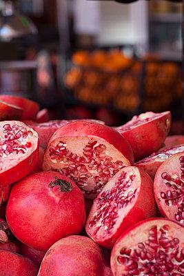 Frische Granatäpfel - p045m1477439 von Jasmin Sander