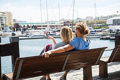 Pärchen am Hafen - p1142m1225257 von Runar Lind