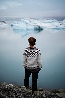 Iceland, Asturland, Vatnajokull National Park, Hiker on shore of Jokulsarlon lake - p352m1349366 by Gustaf Emanuelsson