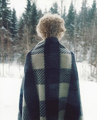 Man with warming blanket across shoulders - p972m1160296 by Pelle Kronestedt