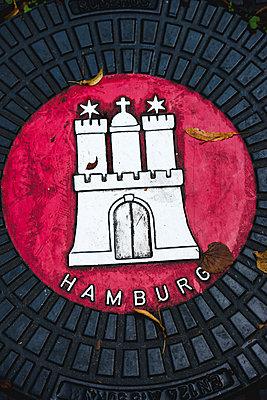 Wappen Hamburgs auf Gullideckel - p1493m1584666 von Alexander Mertsch