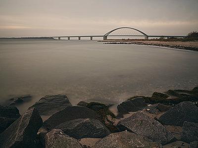 Fehmarnsundbrücke in der Dämmerung  - p1696m2296577 von Alexander Schönberg