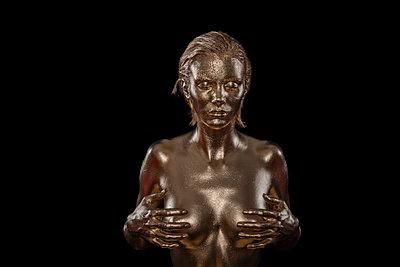 Frau in Gold - p427m963487 von Ralf Mohr