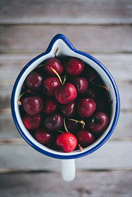 Rote Kirschen in einer Kanne - p946m823754 von Maren Becker