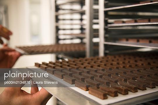 Schokolade auf Blechen - p600m2134870 von Laura Stevens