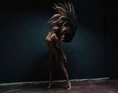 Female dancer with long black hair - p1139m1503074 by Julien Benhamou