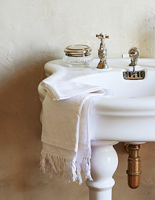 Old-fashioned basin, white towel - p1629m2211359 by martinameier