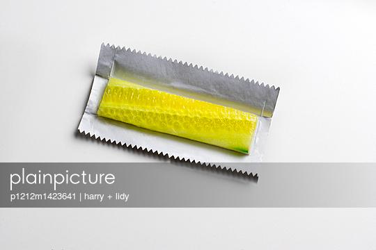 Gurke im Kaugummipapier - p1212m1423641 von harry + lidy
