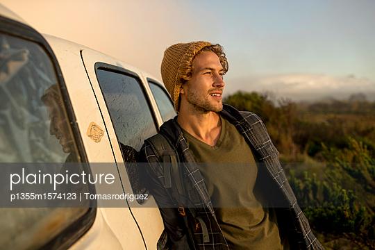 Junger Mann lehnt an einem SUV - p1355m1574123 von Tomasrodriguez