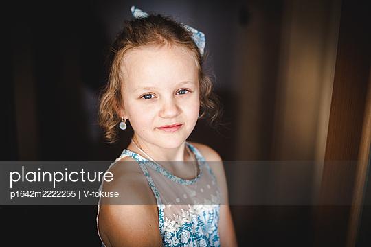 Portrait of girl in summer dress - p1642m2222255 by V-fokuse