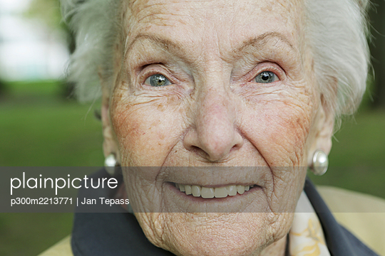 Germany, North Rhine Westphalia, Cologne, Portrait of senior woman, smiling, close up - p300m2213771 by Jan Tepass