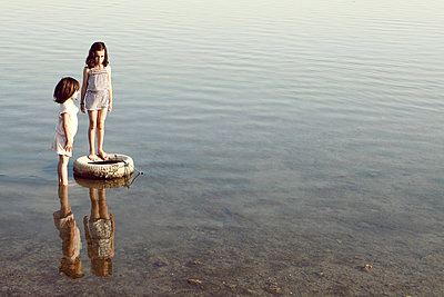 Zwei Mädchen im Wasser - p1150m939327 von Elise Ortiou Campion