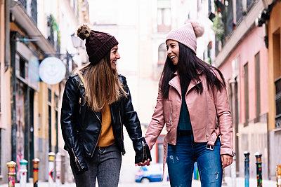 Beautiful Lesbian Couple walking.. LGBT Concept. - p1166m2165951 by Cavan Images