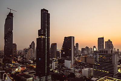 Thailand, Bangkok, Skyline with Maha Nakhon Tower in the evening - p300m1130147f von Martin Benik