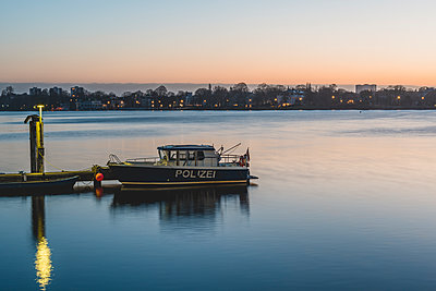 Germany, Hamburg, Outer Alster Lake, mooring area, police boat in the morning - p300m1587584 von Kerstin Bittner