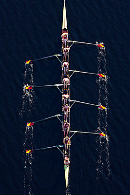Elevated view of rowing eight in water - p300m973804 by zerocreatives