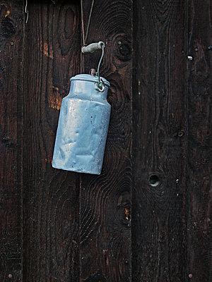Milchkanne an einer Holzwand - p318m1170041 von Christoph Eberle