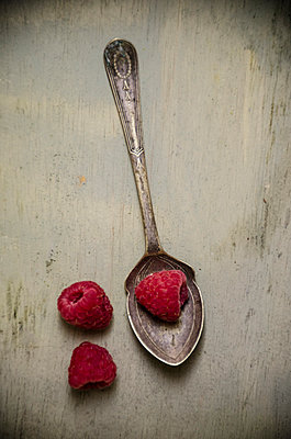 Raspberry with a vintage spoon - p794m1035056 by Mohamad Itani