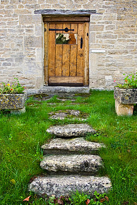 Wooden door of a house in the Cotswolds, Oxfordshire, United Kingdom - p871m837889 by Tim Graham
