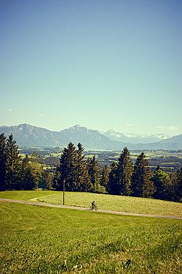Mountainbiker im Alpenvorland - p900m1475077 von Michael Moser