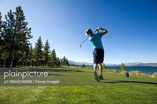 A man teeing off at Edgewood Tahoe in Stateline, Nevada. - p1166m2192099 by Cavan Images