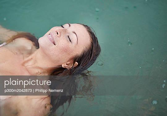 plainpicture - plainpicture p300m2042873 - Portrait of relaxed young w... - plainpicture/Westend61/Philipp Nemenz
