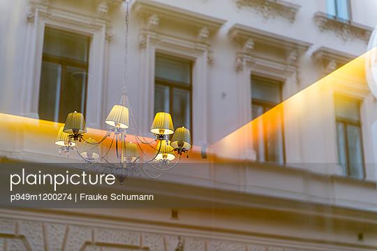 Schaufenster mit Lampe - p949m1200274 von Frauke Schumann
