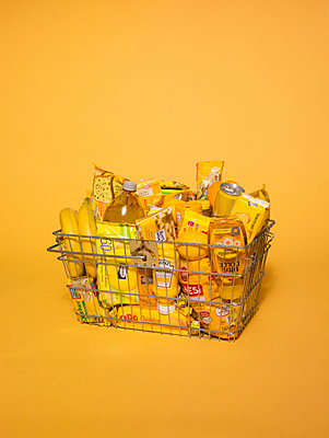 Shopping basket bathed in yellow light - p1462m1538381 by Massimo Giovannini