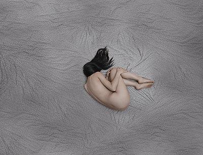Nackte junge Frau in Embryohaltung - p1577m2223195 von zhenikeyev