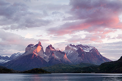 South America, Chile, Patagonia, Torres del Paine National Park, Cuernos del Paine from Lake Pehoe at sunrise - p300m1588067 von Christian Vorhofer