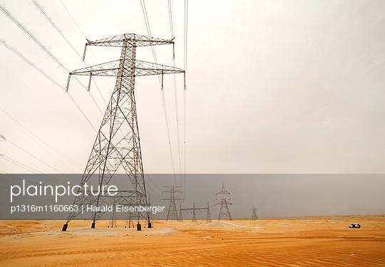 Strommasten in der Wüste, Abu Dhabi, Vereinigte Arabische Emirate - p1316m1160663 von Harald Eisenberger