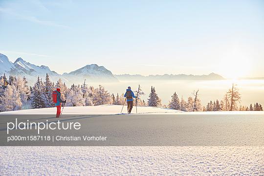 Austria, Tyrol, snowshoe hikers at sunrise - p300m1587118 von Christian Vorhofer