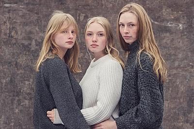 Portrait of a three teenage girls - p1323m2185107 von Sarah Toure