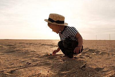 Kleiner Junge am Strand - p1363m2134881 von Valery Skurydin