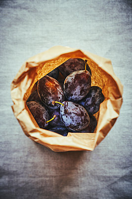 Plums in paper bag - p968m2020206 by roberto pastrovicchio