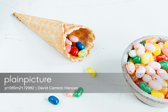 Eiswaffel gefüllt mit bunten Bonbons - p1085m2172982 von David Carreno Hansen