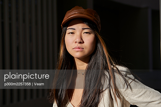Young woman with brown cap during sunny day - p300m2257358 by Veam