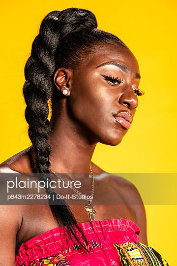 African woman, portrait - p943m2278234 by Do-It-Studios